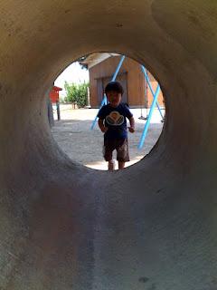 土管に入る息子