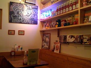 草加市アンチェインファームの店内テーブル