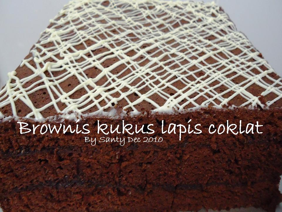 lapis brownis kukus ditaburi coklat meises ditiap lapisnya garnish