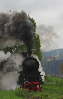 Dracula Express va circula pe 1 mai de la Brasov la Rasnov in cinstea distinsilor oaspeti ce vor inaugura Centru de Informare pentru Patrimoniu din cetate. Acesta este cel de-al treilea Centru de profil din Romania, dupa cele deschise la Sibiu si Sighisoara in 2007, si face parte dintr-un proiect mai amplu implementat de Asociatia Mioritics in parteneriat cu Biroul Regional UNESCO. Foto: Dracula Express la unul din primele parcursuri facute in 2008 de la Brasov la Zarnesti | © Daniel Secarescu