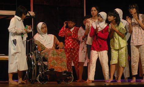 Salahsatu adegan teater remaja dalam Festival Teater Remaja II SMA