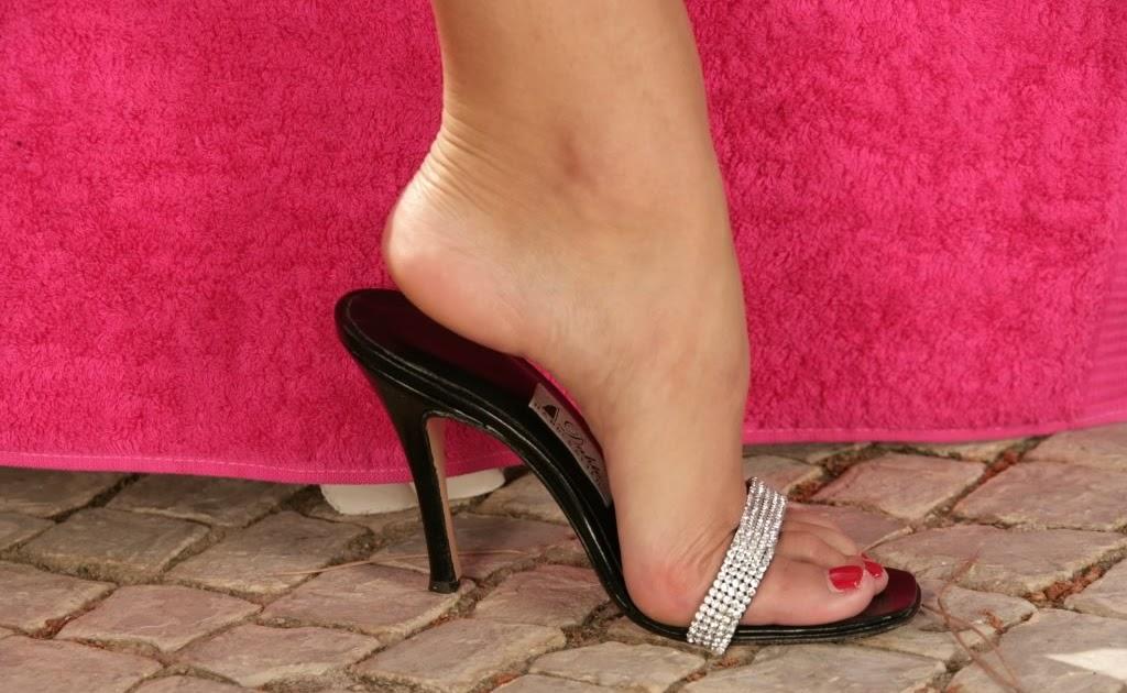 Футфетиш высокие каблуки