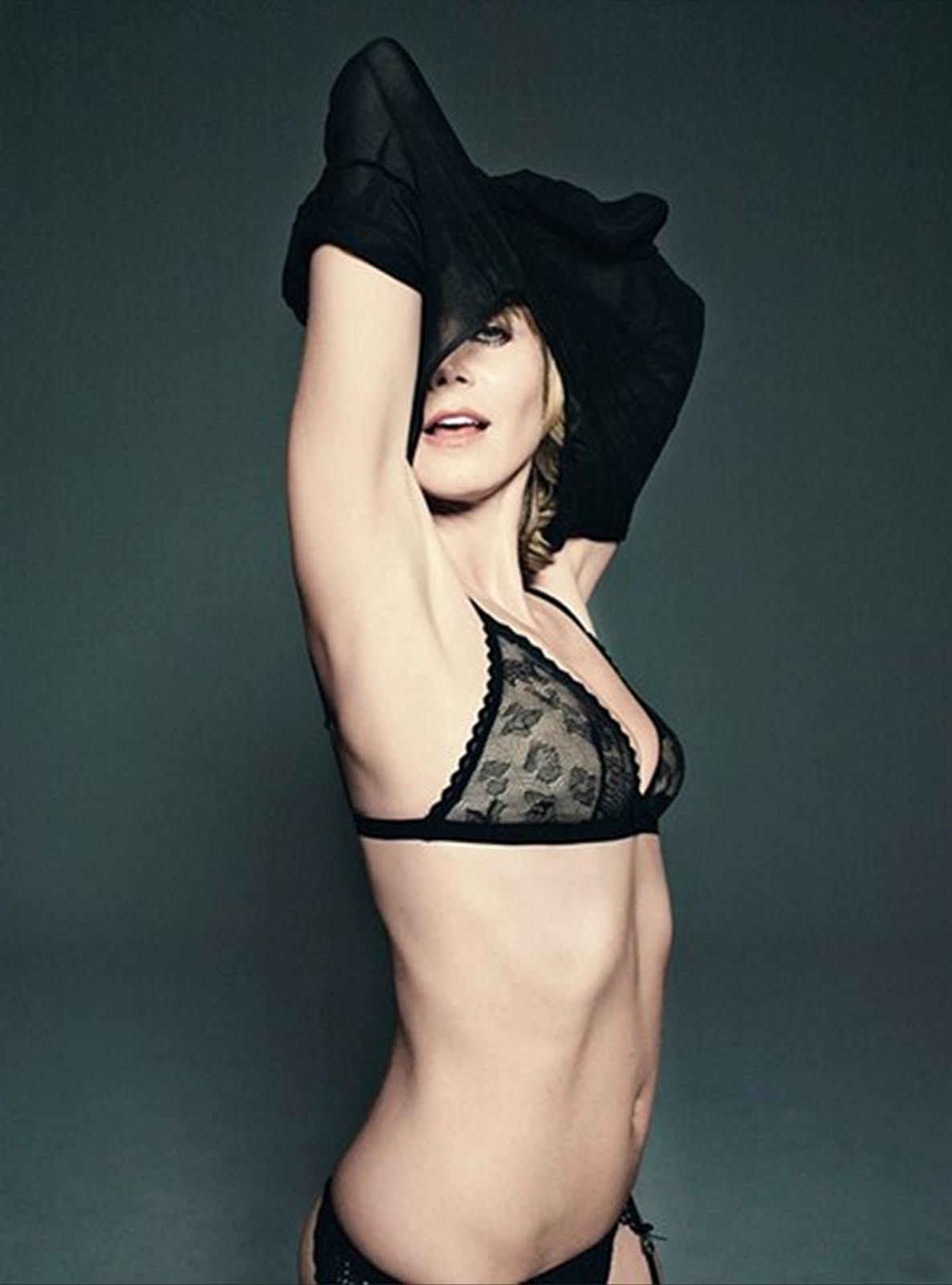 http://1.bp.blogspot.com/_8oDQ4L3GuN8/TBLcBz-9lzI/AAAAAAAADSM/yzNR8NPINKs/s1600/Heidi_Klum_takes_of_cloths_for_GQ_Magazine.jpg