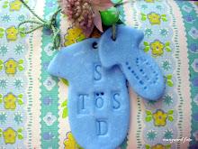Lav selv nogle små gavetags af cernit og små bogstaver der trykkes ned i cernitten.