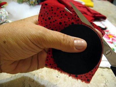 Um C  Rculo No Tecido De Po   Vermelho E Preto Ou No Tecido Vermelho
