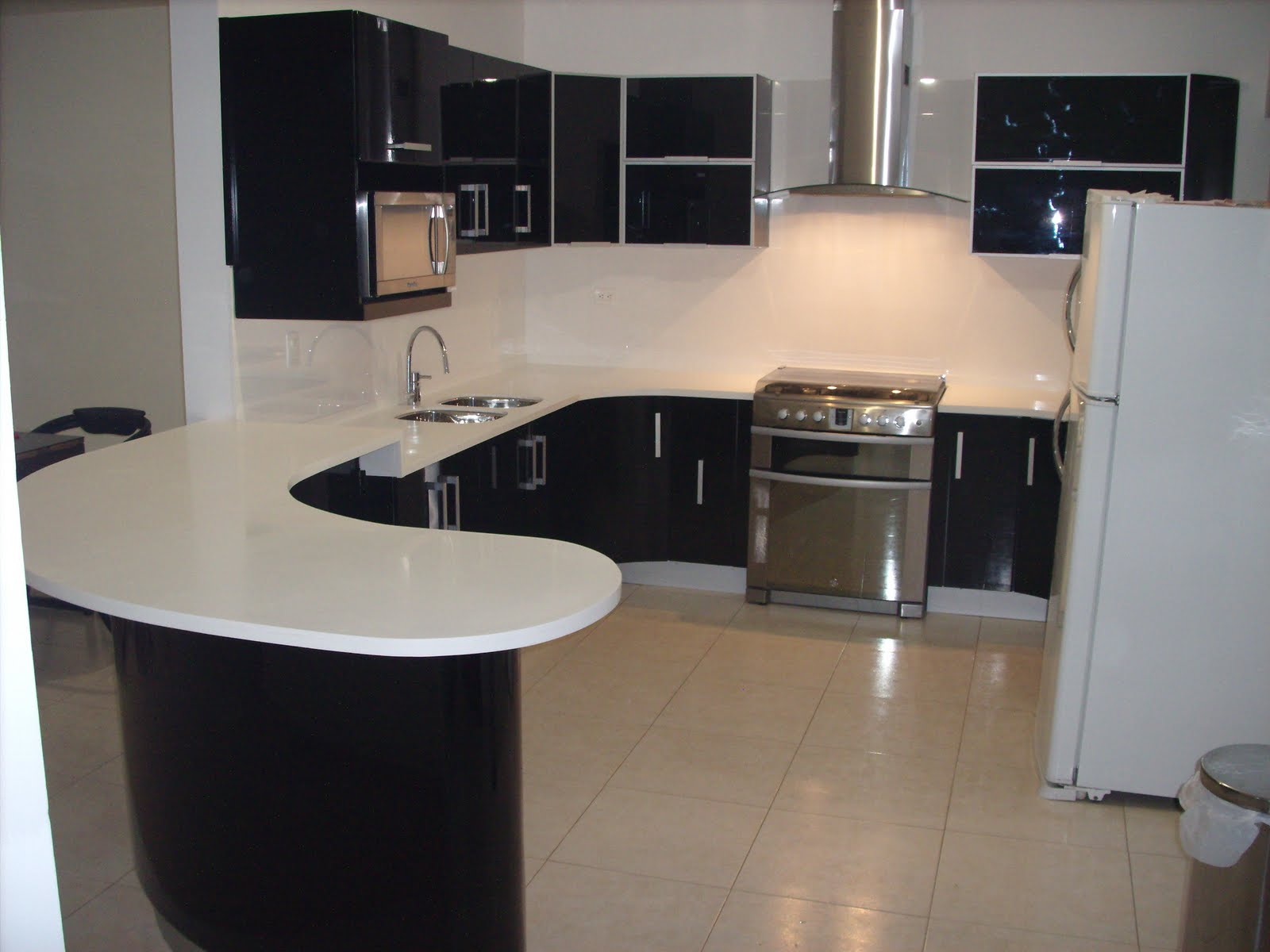 Heynez cocinas modernas cocina en negro con superficie s lida for Superficie cocina