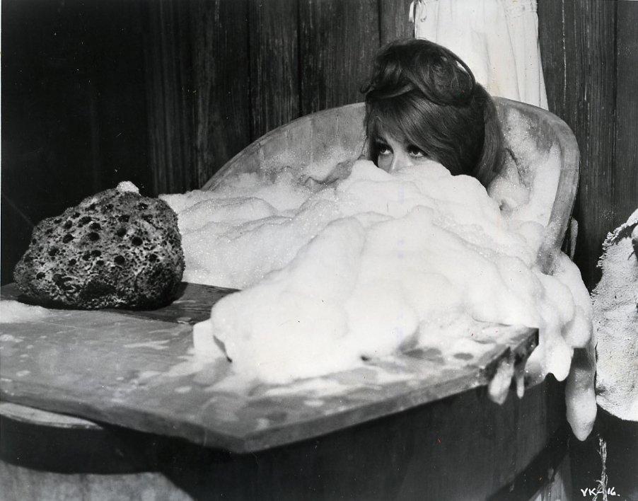 [1968+Sharon+Tate+In+Bath+Tub+Vampire.jpg]