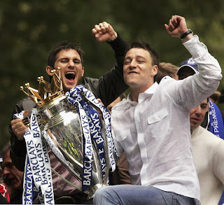 john terry and lampard celebrating after winning the title in 2005
