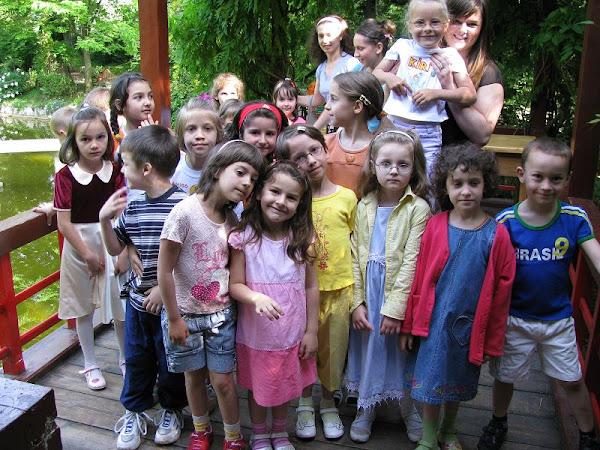 O grupa de copii din biserica