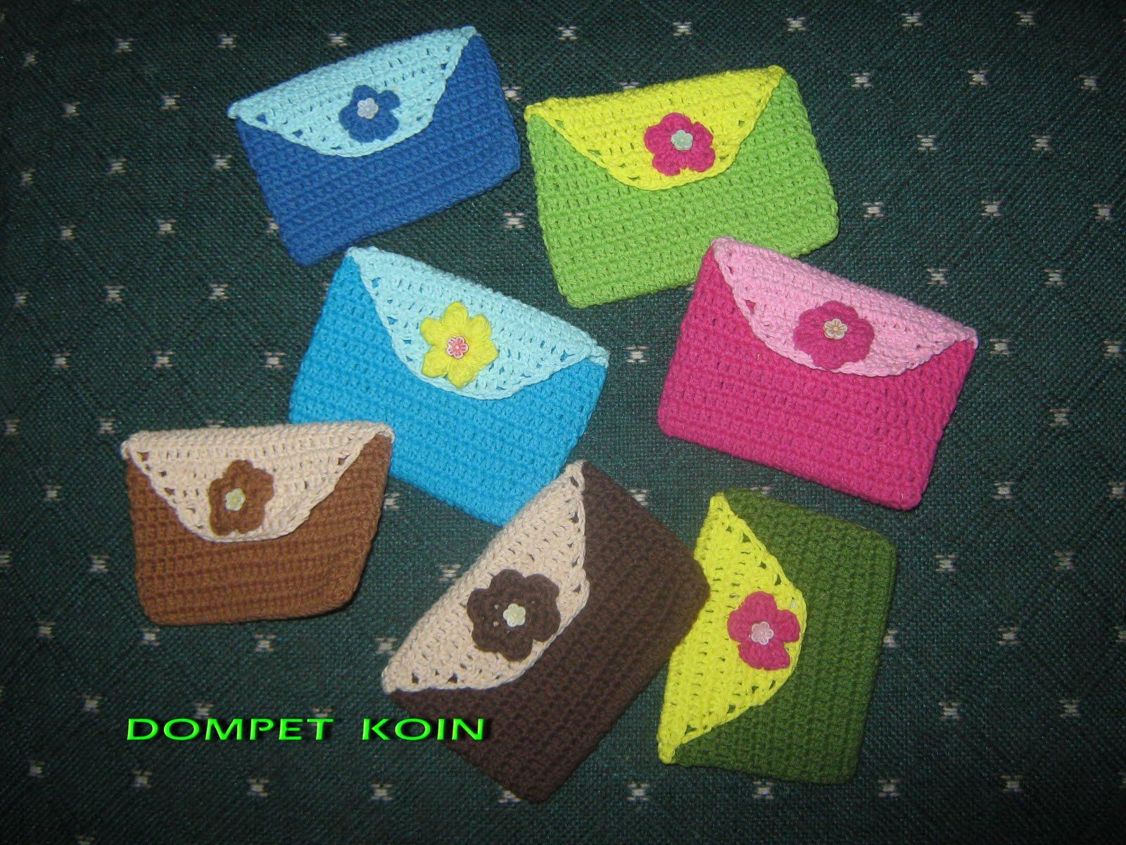 Dompet koin ini juga terbuat dari benang benang sisa pembuatan tas ukuran mungil pas buat koin Dipercantik dengan bunga dan manik bunga