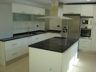 Dise o y decoraci n de cocinas cocinas de los sue os - Colgar microondas cocina ...
