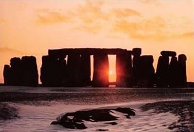http://1.bp.blogspot.com/_9GHoR-RJLy8/SUyIpV-N-II/AAAAAAAAJ9o/HHyrlFDNNaA/s400/StonehengeSolstice.jpg