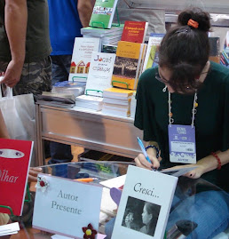 Autografando na Bienal do Livro - 2009