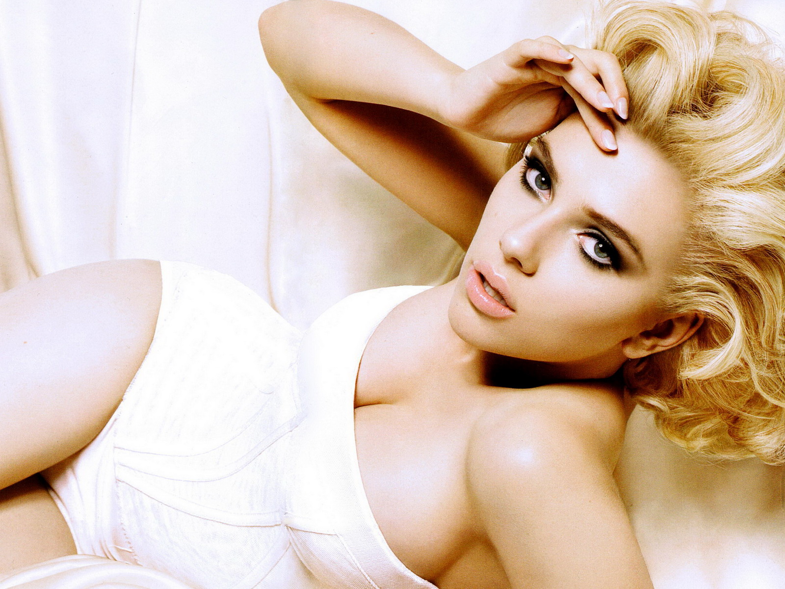 http://1.bp.blogspot.com/_9Izdq8bedtQ/TVIAGm66mhI/AAAAAAAAjoc/UoloshBhTLc/s1600/Scarlett-Johansson-sexy-pictures-25.jpg