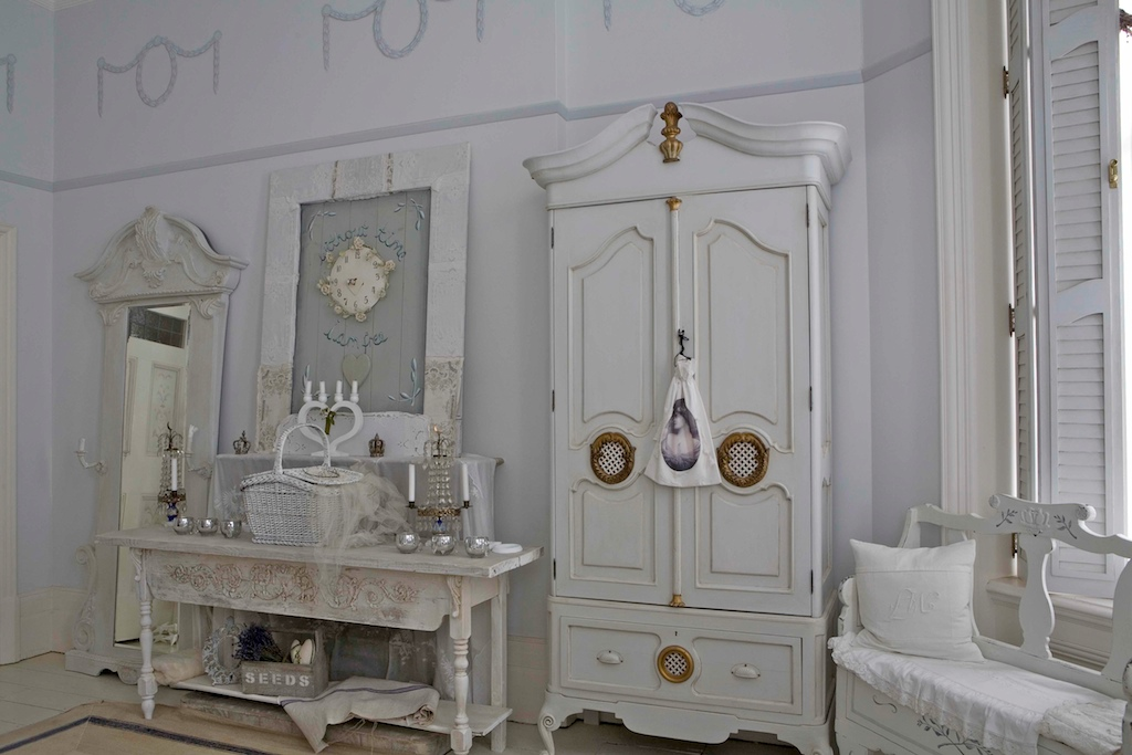 Canadian hostess blog swedish beauty for Armoire de salle a manger