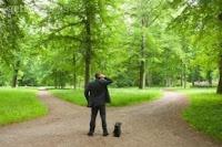 Foto: Homem diante de dois caminhos