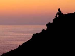 Foto Mulher sozinha sobre monte ao por-do-sol