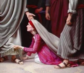 Figura Mulher prostrada segurando a borda das vestes de um homem