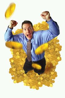 Homem sobre moedas de ouro