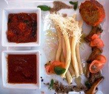 Maccheroni di pasta fresca ai due bagnetti rossi, galletti spadellati, polpetta al sugo.