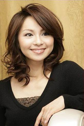This Asian shoulder length hairstyle suits square,round face shapes.