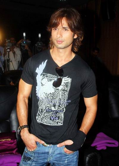 Shahid Kapoor long Surfer hairstyle for men. Cool Male Celebrity Hairstyle