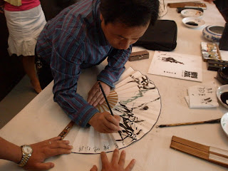 One of Xi'an's artists paints fans for students