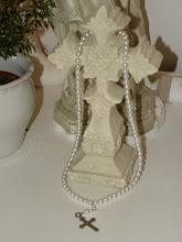 Crucifix med silverkors och vita pärlor.