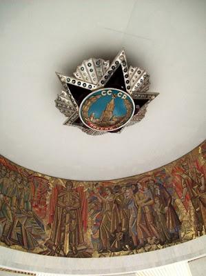 Орден Победы на куполе Зала Героев