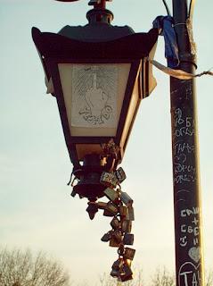 Граффити на фонаре Паркового мостика