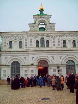 Ожидание приезда Патриарха Кирилла у Трапезного храма
