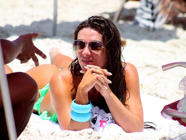 Um paparazzi flagrou Nicole Bahls na praia em momentos de