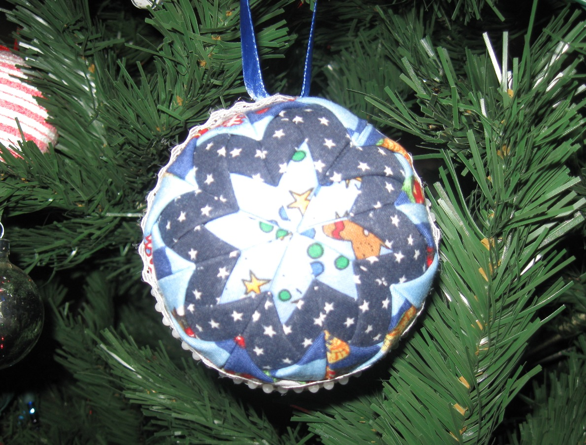 Folded fabric christmas ornaments patterns - Quilted Christmas Ball Ornament Tutorial