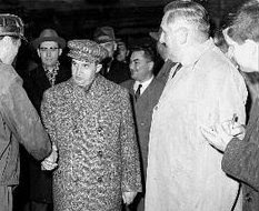"""Mircea Dinescu, un comunist """"destoinic"""", la stânga tovarăşului său de partid, Nicolae Ceauşescu"""