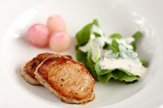 malac sertés hús malacgerinc főtt retek hónapos retek levél hagymás tejfölös dresszing salotta reteklevél saláta