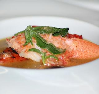 Bretagne-i homár, grillezett görögdinnye, sárga gazpacho, kristályvirág