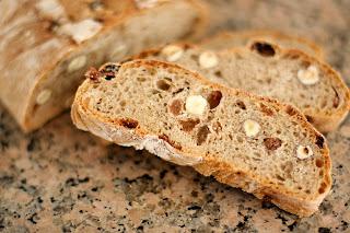 házi kenyér gránit gránitlap salotta mogyoróhagyma mogyoró mazsola barna kenyér teljes kiőrlésű liszt