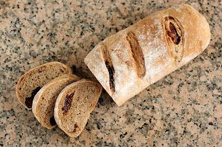 házi kenyér gránit gránitlap aszalt szilva kardamom rum barna kenyér teljes kiőrlésű liszt