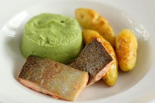hal ropogós bőr lazac pisztráng lazacpisztráng brokkoli püré brokkolipüré krémes fokhagyma sült krumpli főtt burgonya bambergi kifli bamberger hörnchen