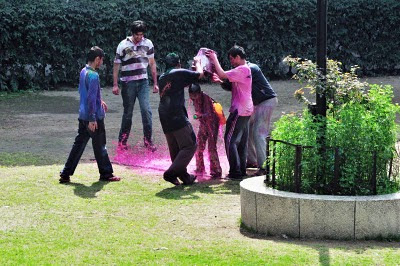 Posted by vibha Malhotra: Holi is a very good excuse for children to get dirty and drenched and not get scolded for it and is also a great opportunity for adults to revisit their childhoods. This holi was a racquet in our locality. See for yourself.: Five Against One! Is this legal?