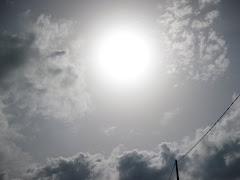 """""""Per molt llarga que sigui la tempesta, el sol sempre torna a brillar entre els núvols""""."""