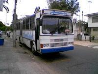 Ônibus modelo Caio Amélia estacionado na rua Vergueiro Steidel, em foto de Emilio Pechini