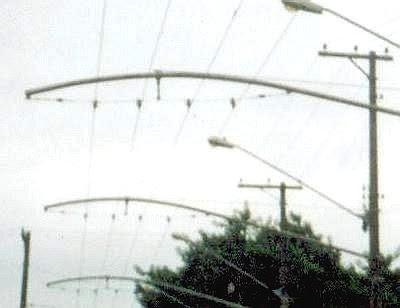 Rua Osvaldo Cochrane com a rede aérea de trólebus ainda instalada em suporte duplo