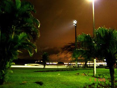 Jardins da Praia de Santos e ao fundo Ilha Porchat e Ilha Urubuqueçaba - Foto de EMILIO PECHINI em 07/08/2008