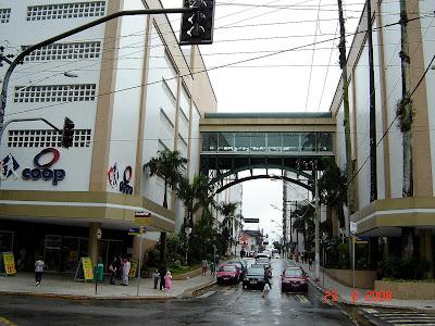 Passarela do Brisamar Shopping sobre a rua Jacob Emmerich em São Vicente - foto de Emilio Pechini em 23;08/2008