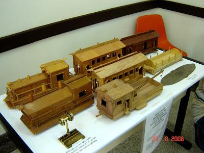 Réplica em madeira de composição ferroviária