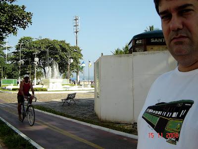 Emilio Pechini veste a camiseta do Bonde em frente ao bonde em obras