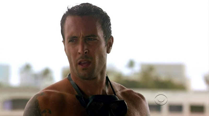 Alex O&#39;Loughlin Shirtless on Hawaii Five-0 s1e10