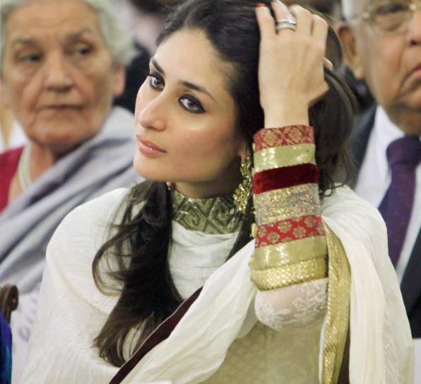 Kareena kapoor in beautiful outfit during Padma Shri award ceremony