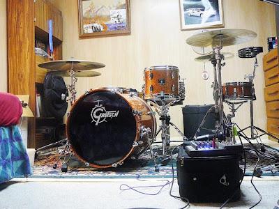 Занятия за барабанной установкой